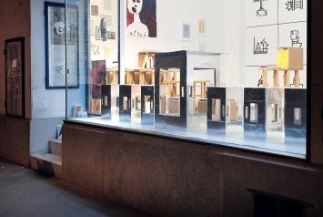 Die Ausstellung bei ‹Material› setzte sich mit Sprache auseinander, im weitesten Sinne – Objekte im Schaufenster von Beat Huber.