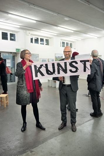 Klar, worum es während der ‹Kunst: Szene› ging – Barbara Basting und Peter Haerle zeigen Flagge.Foto: Dominik Zietlow