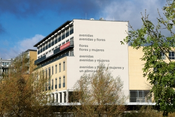 Eugen Gomringer · avenidas, 2013, Gedicht auf der Fassade der Alice Salomon Hochschule Berlin (2016 entfernt) ©ASH Berlin