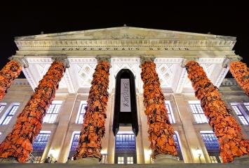 Ai Weiwei · Installation Konzerthaus Berlin, 2016, Mahnmal mit ca. 1700 Rettungswesten.Foto: Oliver Lang