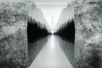 Teilkörper, 2018, Gips, Kohle, Holz, Styropor, Farbe, 13x8x2,9m, Ausstellungsansicht Bündner Kunstmuseum Chur