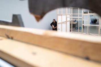 Aldo Mozzini beim Einrichten der Ausstellung ‹Stadt im Museum. Part I›.Foto F.X. Brun