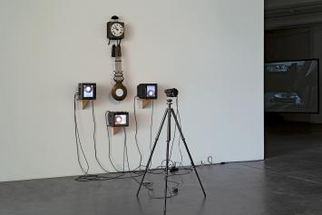 Nam June Paik · Swiss Clock TV, 1988, Esther Grether Familiensammlung, Ausstellungsansicht Kunsthaus Baselland 2021.Foto: Gina Folly