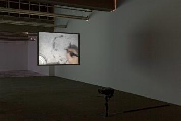 Oscar Muñoz · Re/trato, 2003, Daros Latinamerica Collection, Zürich, Ausstellungsansicht Kunsthaus Baselland 2021.Foto: Gina Folly