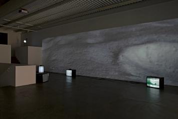 Zilla Leutenegger · Forum Hotel, 2002; going home, 2003. Courtesy Galerie Peter Kilchmann, Zürich, Ausstellungsansicht Kunsthaus Baselland 2021.Foto: Gina Folly