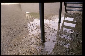 Lache, 1997, Installation, Wasser, elektromagnetischer Wasserhahn, Zeituhr, div. Materialien, ca.1500x1550cm, Kunsthof Zürich