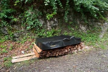 Overwood, 2018, Blache genäht, Goldfolie, Holz, ca. 480x85cm