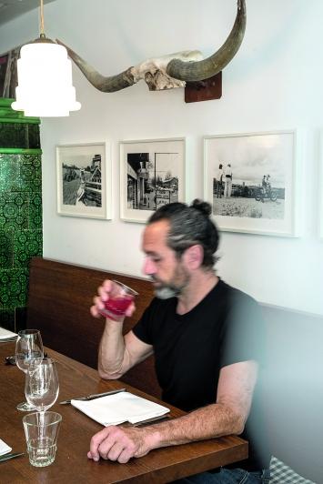 Jules Spinatsch · Schwamendingen 1992, Langzeitreportage über ein Aussenquartier der Stadt Zürich, Oktober 1991 bis Dezember 1992, 44 Baryt-Fotoprints, Wirtschaft Ziegelhütte.Alle Fotos: Pierluigi Macor