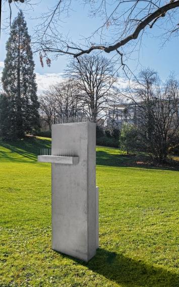 Denkmal, 2018, Beton, Eisen, Chromstahl, 194x51x50cm