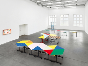 Round table (and other forms), Ausstellungsansicht Museum Haus Konstruktiv, 2020. Die Konferenztische werden täglich zu neuen geometrischen Arrangements zusammengestellt.Foto: Stefan Altenburger