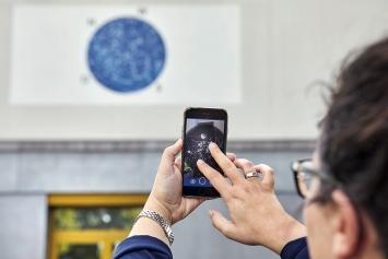 Kevin Benz und Enrico Pegolo · Monociel – Zwei Welten unter einem Himmel, 2018. Foto: Lucas Ziegler Über die als QR-Code funktionierende Wandmalerei an der Hagenholzstrasse 106 erhält man Zugang zu Instagram-Bildern mit dem Hashtag #hunzikerareal – auf dass die Community gefördert werde.