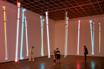 Message Not Sent, 2020, Edelgase, Glas, Elektrizität, 15 Röhren, je 4m lang, ø18 cm, Ausstellungsansicht ‹Salutary Failures›, Kunsthalle Basel, 2020.Foto: Gunnar Meier