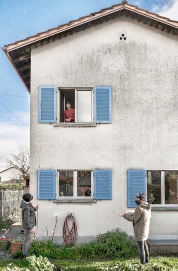 Analoges Fadennetz, 2020, partizipative Vernetzungsskulptur zur Rehumanisierung des digitalen Alltags, Testverlegung in Altstätten.Foto: Christof Gruber