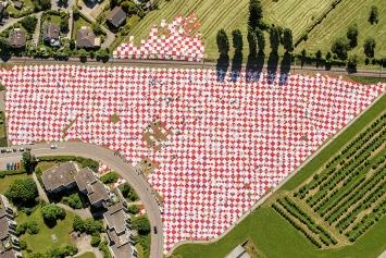 Bignik, seit 2012, wachsendes Werk aus alten Stoffen und Tüchern aus Privathaushalten, jährliche kollektive Auslegung, Rorschacherberg, 2017, Foto: Helikopter Service Triet AG