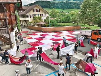 Bignik, seit 2012, wachsendes Werk aus alten Stoffen und Tüchern aus Privathaushalten, jährliche kollektive Auslegung, Steffisburg, 2018