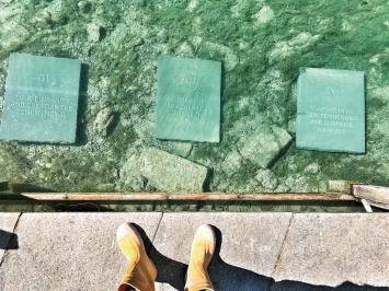 Die Zehn Gebote, 2020, installative Kunstaktion in zwei Teilen; Akt 1: öffentliche Meisselung von zehn Steinplatten (je 60x80x6cm) mit persönlichen Geboten der Riklins vor dem Kloster St.Gallen, Juni/Juli 2020; Akt 2: öffentliche Versenkung im Zürcher Schanzengraben inmitten des Finanzzentrums, 9.7.2020
