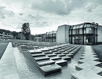 Shizuko Yoshikawa · Wasser-Relief-Landschaft, 1981 (2013 zerstört), Kunststeinplatten, Beton, 36Wasserquellen, Pflegezentrum Witikon, Zürich ©ProLitteris.Foto: Baugeschichtliches Archiv Zürich