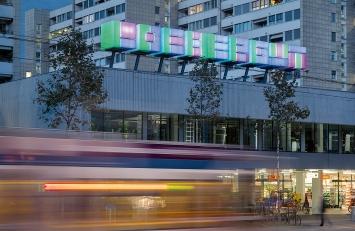Olaf Nicolai · Lochergut, 2006/2016, Acrylglas, Stahl, LEDs, IT-Technik, Geschäftszentrum Lochergut, Zürich ©ProLitteris.Foto: Marcel Meury