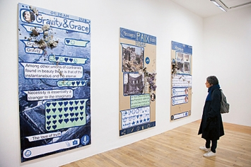 Thomas Hirschhorn · Eternal Ruins, 2020, Ausstellungsansicht Galerie Chantal Crousel, Paris © ProLitteris. Foto: Andy Wijckelsma ↗ www.thomashirschhorn.com