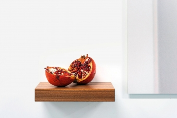 A Whole Universe (Pomegranate), 2017, Granatapfel, Holz, Courtesy Edouard Malingue Gallery,Hongkong. Foto: Edouard Malingue Gallery