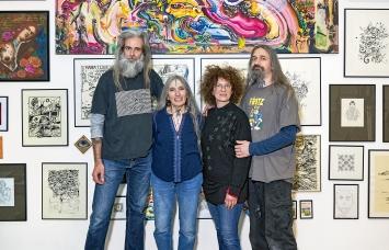 In der Ausstellung ‹Leu Art Family›: Christian Jelk, Loretta, Titine und Filip Leu (von links), Museum Tinguely 2021.Foto: Daniel Spehr
