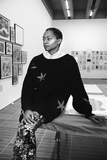 Kara Walker in ihrer Ausstellung im Kunstmuseum Basel | Neubau, 2021.Foto: Ari Marcopoulos