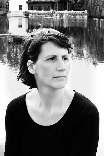 Rachel Mader ist Kunstwissenschaftlerin und leitet den Forschungsschwerpunkt Kunst, Design& Öffentlichkeit am Departement Design & Kunst der Hochschule Luzern.