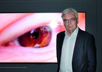 Albert Lutz in der Ausstellung ‹Spiegel›, 2019.Foto: Angelika Maass