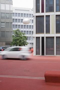 Pipilotti Rist und Carlos Martinez,stadtlounge, 2005, Tartanbelag, verschiedene Materialien, 6282 m2, Raiffeisen-Zentrum, Raiffeisenplatz, Raiffeisen-Zentrum St. Gallen. Foto: Susanne Stauss