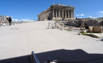 The platfotm before the east front of the Propylaia, looking east. The Parthenon on the right, the Erechtheion on the left, March 22, 2021. Photo:Tasos Tanoulas
