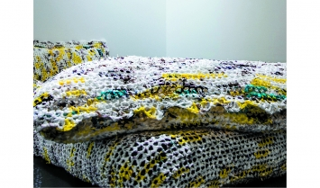 Patricia Jacomella Bonola - «Pequod Comeback», Installation, 1 Bettdecke, 1 Duvet, 2 Kissen aus 835 Plastiktüten gefertigt