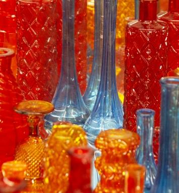 Paulo Wirz, Atelieransicht, 2019, handbemalte Glasflaschen, Spiegel