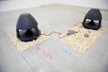 Haroon Mirza · A Platform for Breathing, 2019, Granit (Mattia Bosco), LEDs, modifiziertes Mediengerät, Lautsprecher, Pflanzen, Kalksplitt ca. 6x400x500cm.Foto: Mischa Scherrer