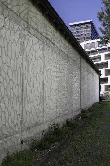 Patrick Germanier, Rocailles, 1993, Wandgestaltung, Tiefrelief, gestockt auf Beton, 300 x 4700 cm, Jugendherberge, Allmendstrasse 8, Eigentum Stadt Zug