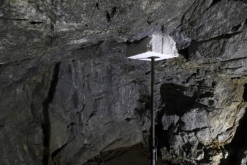 Simon Ledergerber, Gigantisches Kleinod, 2016, Carrara-Marmor, Bauspriess, 350 x 70 x 60 cm, dall`altra parte, Haus für Kunst Uri