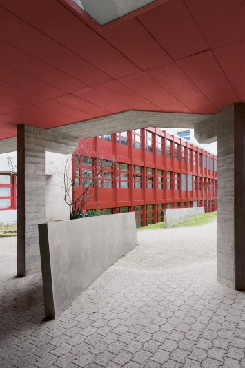 John Grüniger, Tangentenkreuz, 1990, Installation, Stahl, B 300 / 500 / 800 cm, H 50.150 cm, Kantonsschule Zug, Lüssiweg 24, Eigentum Kanton Zug