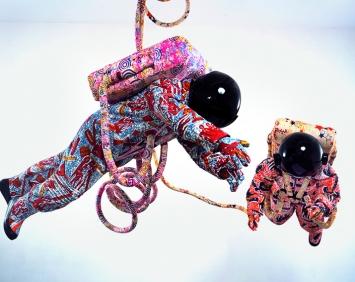 Yinka Shonibare MBE · Space Walk, 2002, Baumwollgewebe mit Siebdruck, Fiberglas, Sperrholz, Vinyl, Kunststoff, Stahl, Astronauten je 212x63x56cm ©ProLitteris, Courtesy Stephen Friedman Gallery London