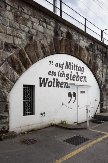 Samuel Haettenschweiler, Guten Honig streicht man nicht ums Maul, 2006,Wandbilder, Dispersions- und Acrylarbe, diverse Masse, am Bahnviadukt zwischen Poststrasse und Gotthardstrasse, Eigentum Stadt Zug