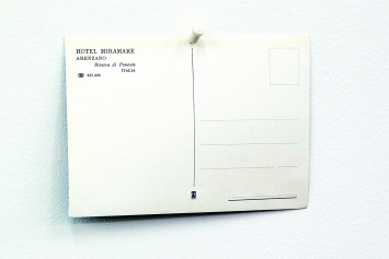 … weil sie das Ende nicht an den Anfang zu knüpfen vermögen, 2018, Audioinstallation mit verschiedenen Kofferplattenspielern, Postkarte gepinnt, ca. 9m lang, Ausstellungsansicht Haus Konstruktiv, Zürich