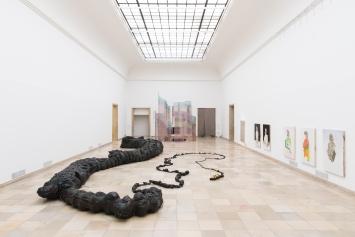 Nicholas Hlobo, Tyaphaka, 2012, (im Vordergrund)Installationsansicht Haus der Kunst. Foto: Maximilian Geuter