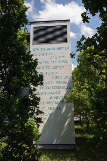 Fischli / Weiss,How to Work Better,Wandmalerei,Allmannstrasse 5, Zürich.© Pierluigi Macor / Stadt Zürich KiöR («Neuer Norden Zürich»)