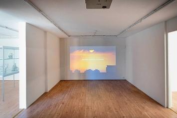 Keren Cytter · Des Trous (Holes), Video 13'36'', 2018; Keren Cytter und John Roebas · Detour, 2019, Gips, Epoxydharz, Nadeln, menschliches Haar, Faden, diverse Formate