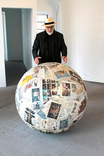 Michelangelo Pistoletto mit ‹Sfera di giornali› (Kugel aus Zeitungen), 1966–2017, gepresste Zeitungen, 100x100cm.Foto: A. Lacirasella