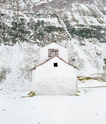 Sandro Livio Straube · Berge bleichen, Kapelle, 2018, Fotografie
