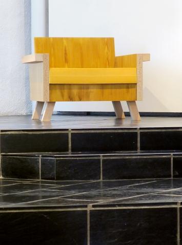 Markus Müller · Sessel, 2019, Bierlasur, Ölfarbe auf Spanplatte, Tannenholz, Schaumstoff