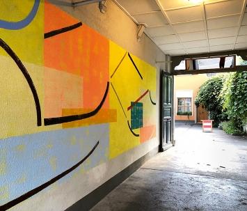 Romy Troxler · Tukan hüpft, 2019, Wandmalerei, Galerie Marianne Grob, Toreinfahrt