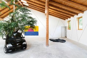 Violeta Burckhardt · Wir schaffen das, 2020, (Auto); Ugo Rondinone · vierterdezemberzweitausendundneunzehn, 2019 (Gemälde), Courtesy Galerie Eva Presenhuber; Solange Pessoa· Untitled, 2019 (Bodenarbeit)