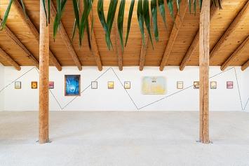 Elise Corpataux · All we have is now (Serie), 2020; Claudia Comte & Adeline Millard · Pietro Sarto, 2007/20, Wandtext, Courtesy König Galerie & Gladstone Gallery.Fotos: Gunnar Meier