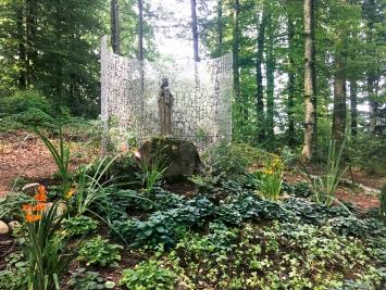 Marlies Pekarek · Madonna im Waldgarten, 2019, Permanente Installation, Wallfahrtsort Maria Bildstein, Benken