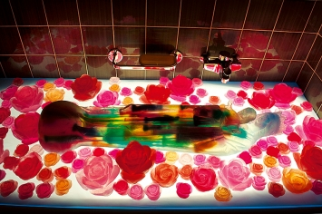 Marlies Pekarek · Madonna im Bade, 2015, Installation im Badezimmer im Rahmen des Kunstprojekts ‹Geiler Block von Lila Bock›, St.Gallen.Foto: Benjamin Manser